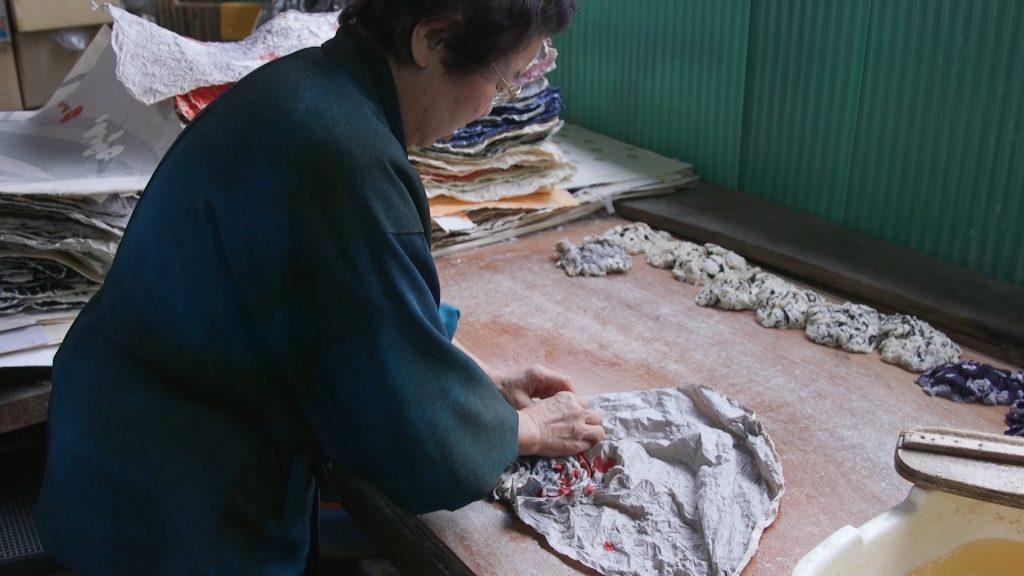 長田榮子が長田製紙所にて揉み紙の制作を行う