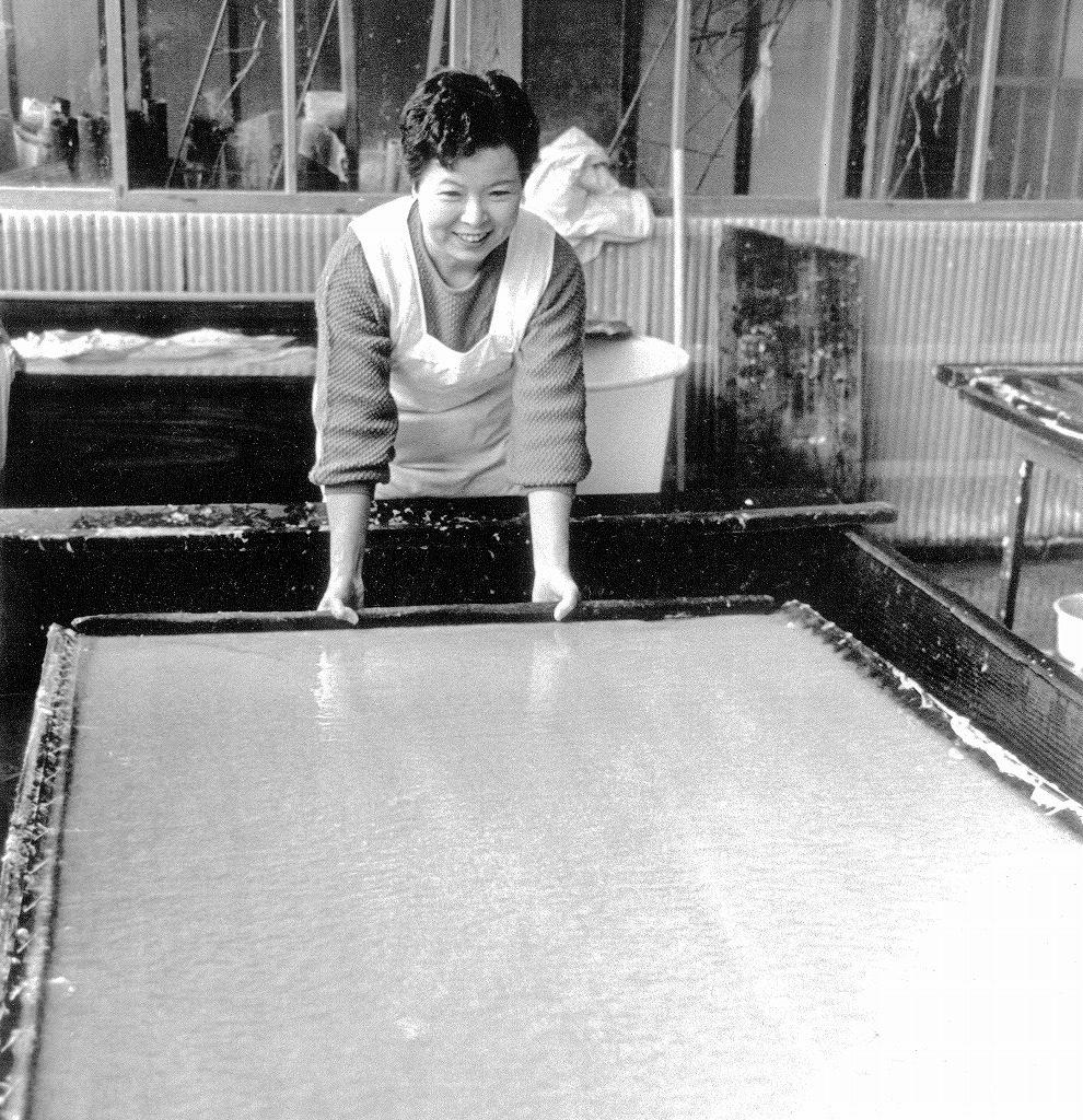 長田榮子が長田製紙所にて襖紙の制作を行う