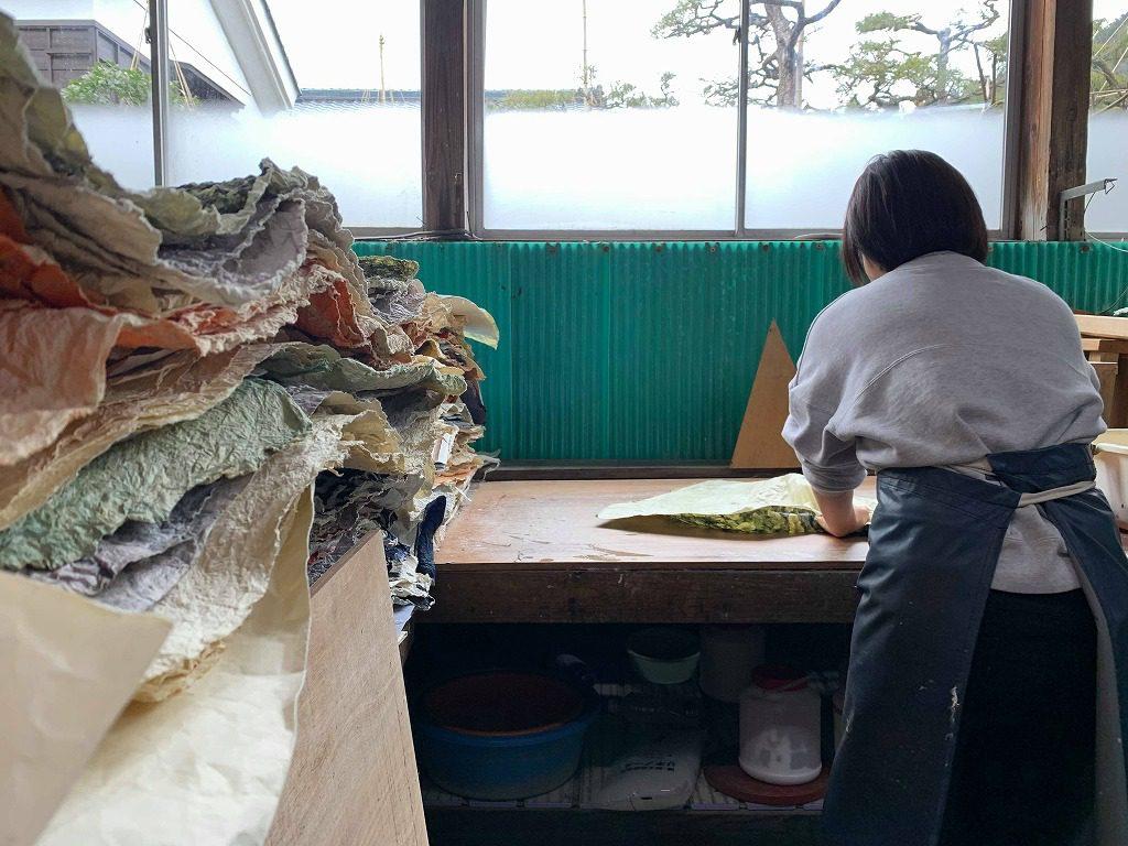 長田製紙所の工場の奥で、揉み紙をしています。
