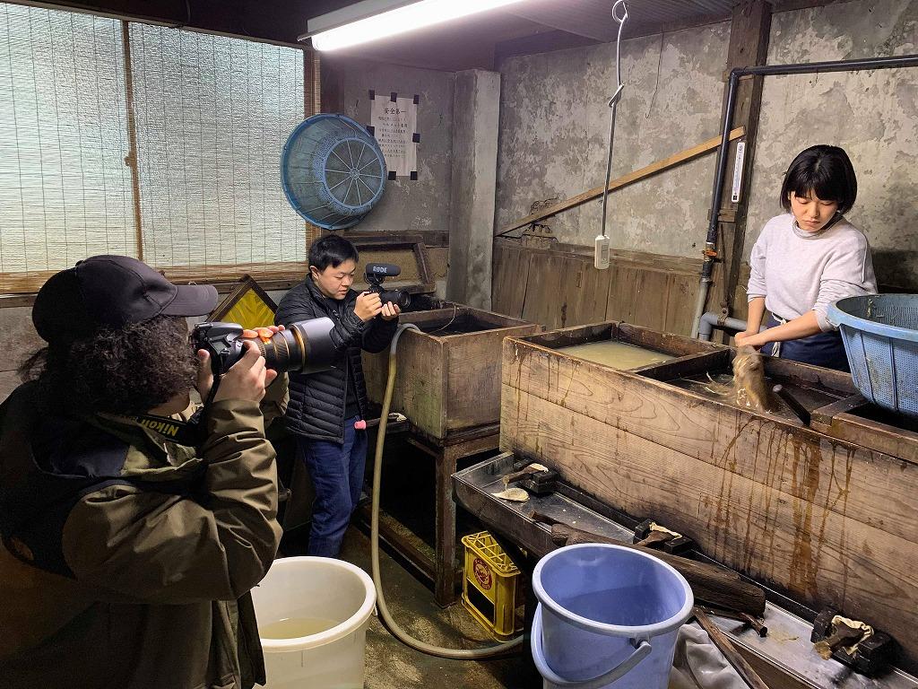 長田製紙所工場内のネリ場で、叩いたトロロアオイと水を混ぜている。