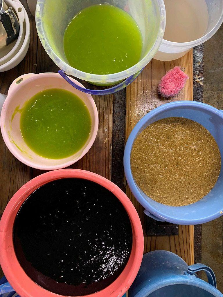 長田製紙所工場内にて、手漉き襖紙の漉き模様に使う原料はたくさんあります。