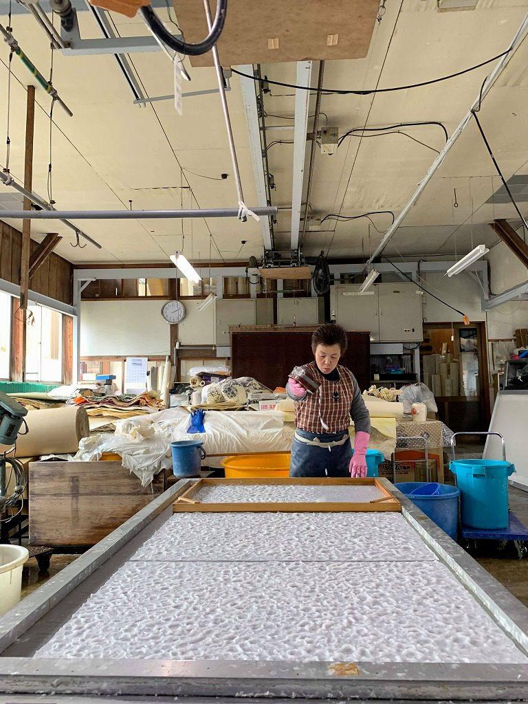長田製紙所工場内で、特殊オーダ-メイド落水和紙を漉いています。