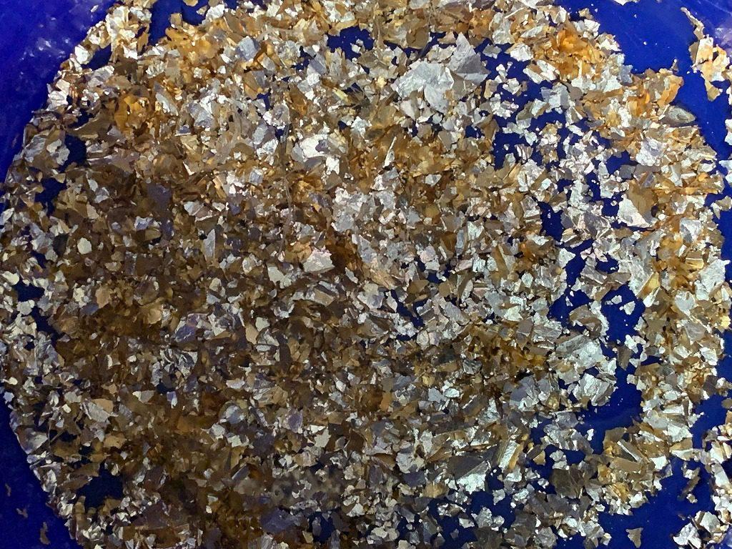 長田製紙所では、金箔も惜しみなく使う、手漉き高級襖和紙を漉いています。
