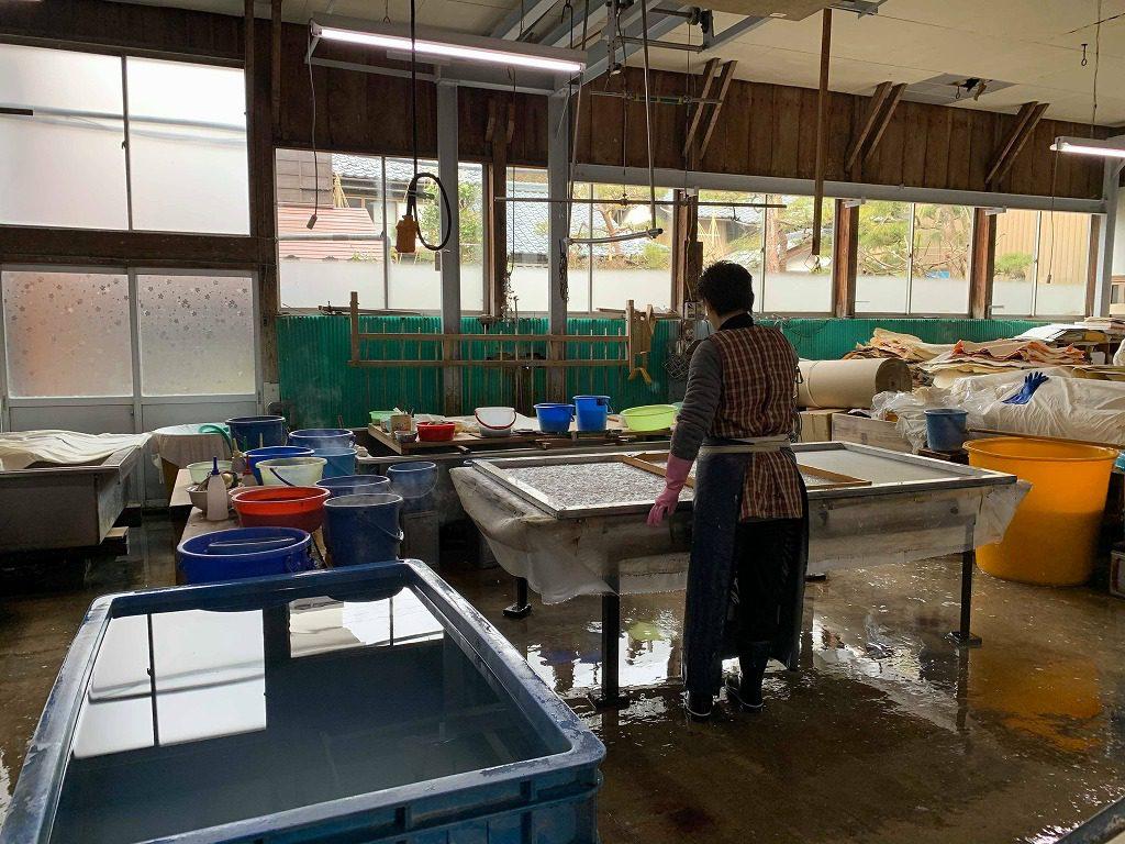 長田製紙所内にて、特殊なオーダーメイドの変形サイズの和紙を漉いています。