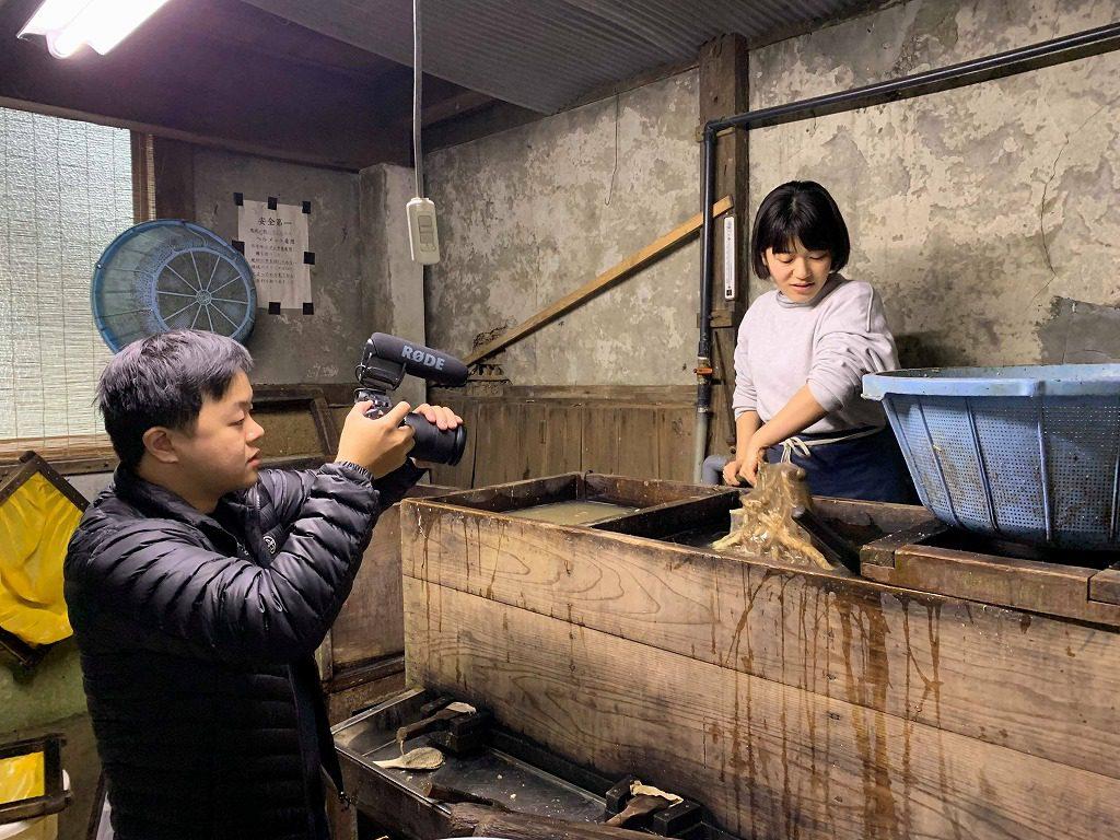 長田製紙所工場内のネリ場、叩いたトロロアオイと水を混ぜています。