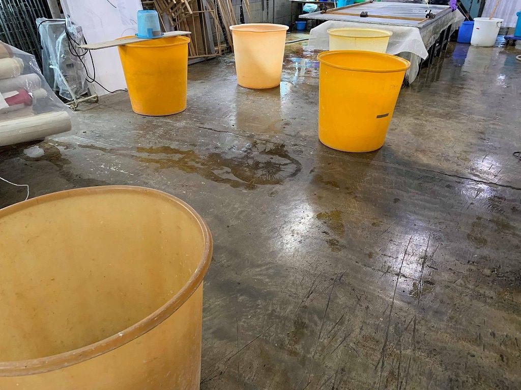 長田製紙所工場内には、たくさんの和紙の原料を溶くための大型バケツがあります。