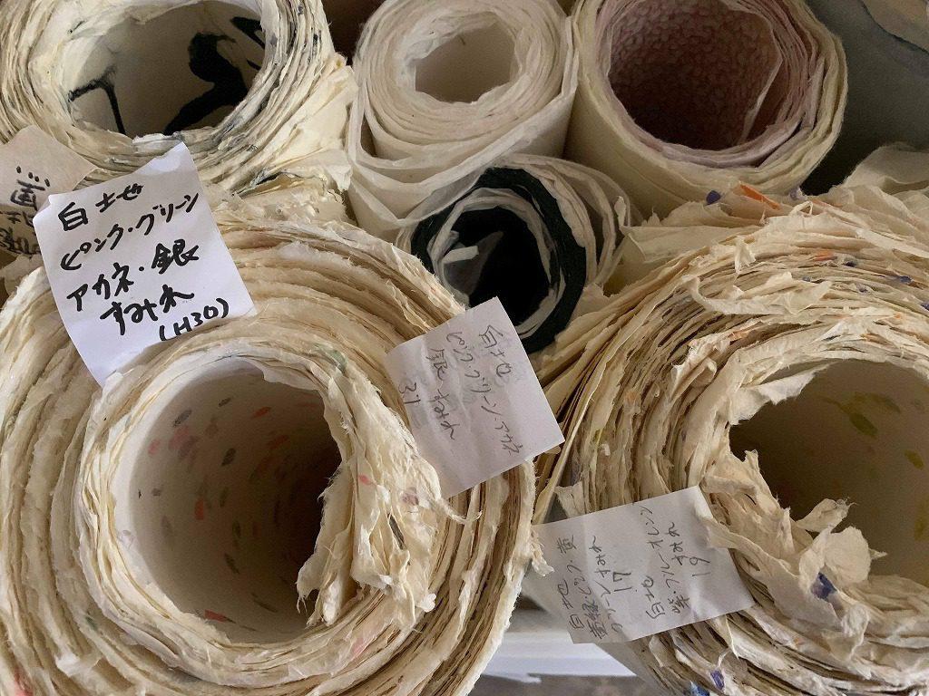 長田製紙所工場内在庫、約250種類の柄・色の紙があります。