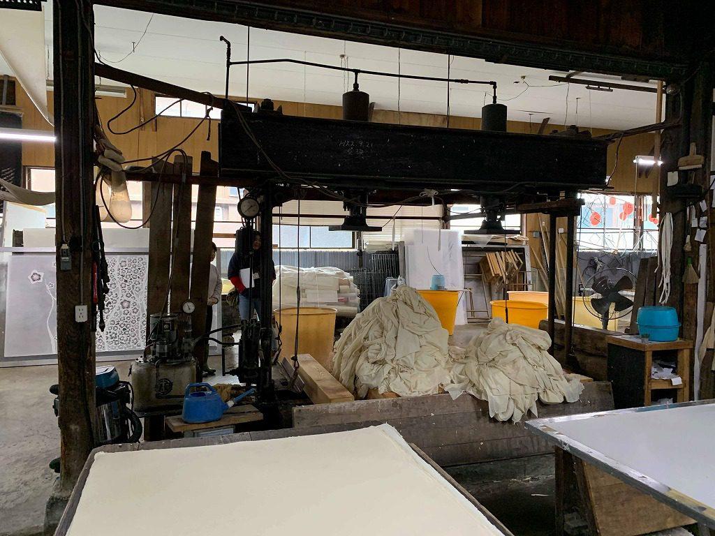 長田製紙所工場内の張り場と脱水機と和紙と和紙の間に引く布