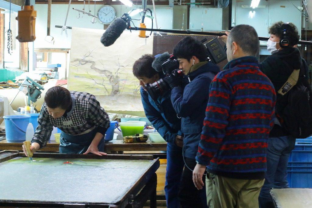長田製紙所の襖紙制作風景、梅の柄